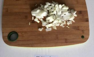 Шаг 3: Нарежьте лук.