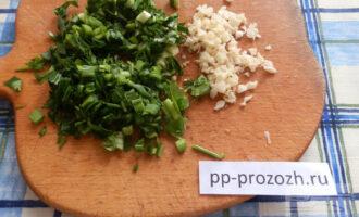 Шаг 2: Измельчите зелень и чеснок.