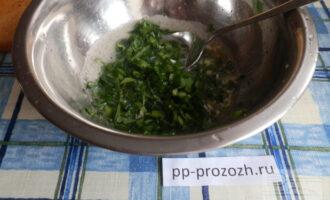 Шаг 4: Соедините яйца с зеленью и чесноком.