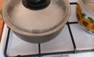 Шаг 4:  После того,как рис закипел, накройте крышкой и сделайте минимальный огонь, варите 15 минут.