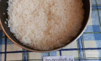 Шаг 5: Теперь накройте рис чистым полотенцем и сверху прижмите плотно крышкой, оставьте еще на 15 минут, чтобы впиталась лишняя влага.