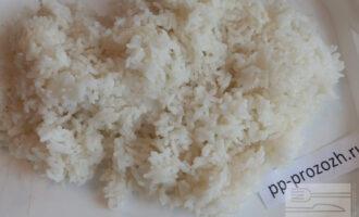 Шаг 6: Выложите рис в посуду большего размера, полейте приготовленным  уксусом и тщательно перемешайте.