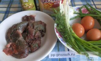 Шаг 1: Подготовьте ингредиенты: икру сазана, яйца, зеленый лук, укроп, овсяную муку, оливковое масло.