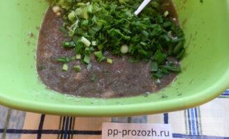 Шаг 5:  Добавьте измельченную зелень.