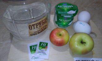 Шаг 1: Подготовьте необходимые продукты: овсяные отруби, яблоки, яйца, йогурт, а также можно добавить сахарозаменитель.