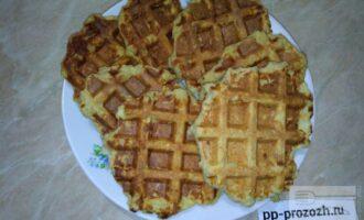 Шаг 5: Аккуратно достаньте вафли и выложите на тарелку.