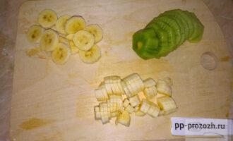 Шаг 4: Половину банана нарежьте мелкими кубиками и добавьте к творогу. Вторую половину банана и киви нарежьте кружочками.