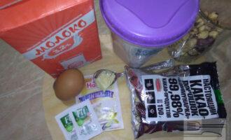 Шаг 1: Подготовьте необходимые продукты: молоко, полстакана очищенного фундука, яйцо, какао-порошок, муку рисовую, ванилин и половину чайной ложки сливочного масла.