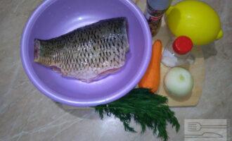 Шаг 1: Подготовьте необходимые продукты. Карпа почистите и срежьте плавники и хвост. Морковь и лук почистите.