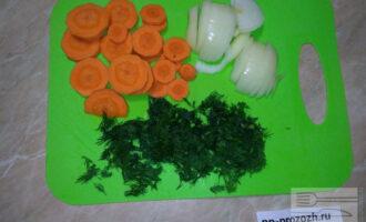Шаг 2: Нарежьте лук полукольцами, а морковь - кольцами. Мелко порубите укроп.