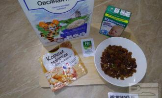 Шаг 1: Подготовьте необходимые продукты: овсяные хлопья, кефир, изюм, корицу и сахарозаменитель по вкусу.  Вместо сахарозаменителя можно добавить мед.
