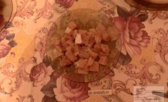 Шаг 4: Малосольную горбушу очистите от шкуры и нарежьте крупным кубиком.