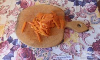 Шаг 3: Пока кальмары остывают, нарежьте морковь соломкой.