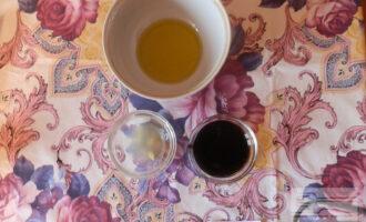 Шаг 7: Приготовьте соус: смешайте масло, соевый соус и сок половины лимона.