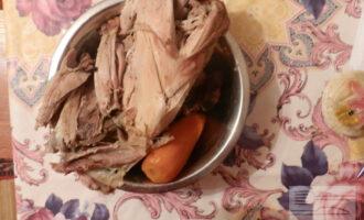 Шаг 3: Достаньте мясо, дайте ему остыть. Отделите мясо от костей.
