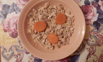 Шаг 6: Мясо нарежьте и покладите в блюдо в котором будете заливать холодец, морковь нарежьте кружочками и добавьте к мясу.