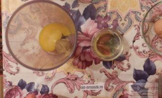 Шаг 2: Приготовьте соус. Взбейте яйцо с горчицей, тонкой струйкой вливайте масло, при взбивании, добавьте половину сока лимона.