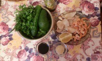 Шаг 1: Подготовьте ингредиенты: Кальмары, креветки, авокадо, огурец, кунжут, оливковое масло, соевый соус, лимон.