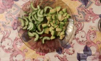 Шаг 4: Авокадо нарежьте кубиком, положите к огурцу и полейте соком лимона, чтобы авокадо не почернело, а огурец немного промариновался.
