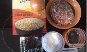 Шаг 1: Подготовьте ингредиенты: овсяные хлопья, воду, фарш из индейки, соль, перец душистый.