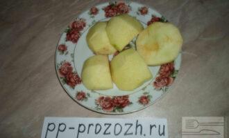 Шаг 2: Яблоки очистите от кожуры и сердцевины.