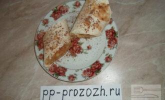 Шаг 15: Нарежьте на порционные кусочки и присыпьте сверху какао-порошком или ягодами.