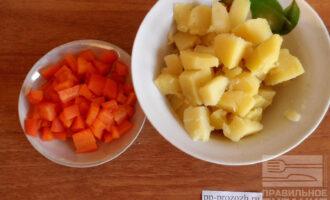 Шаг 2: Нарежьте кубиком морковь и картофель.