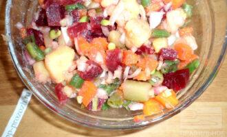 Шаг 7: Украсьте готовый салат зеленью и подавайте на стол.