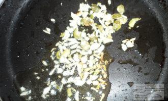 Шаг 3: Немного обжарьте чеснок и тыквенные семечки на оливковом масле.