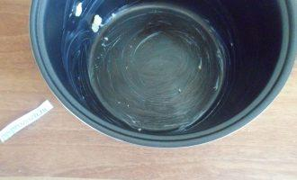 Шаг 6: Чашу мультиварки смажьте сливочным маслом.