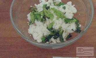 Шаг 4: Смешайте творог с зеленью. Добавьте щепотку соли.