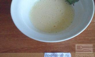 Шаг 4: Желток взбейте с добавлением фруктозы (100 грамм).