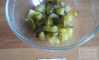 Шаг 3: Нарежьте кубиком огурцы.