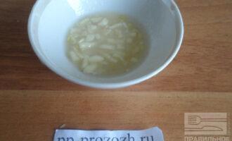 Шаг 6: Приготовьте соус. Смешайте вместе измельченный чеснок с медом и соком лимона.