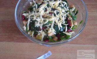 Шаг 7: Полейте заправкой и оливковым маслом салат, посолите и хорошо перемешайте. Посыпьте салат сыром.