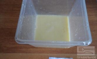 Шаг 3: Яйца взбейте до пены.