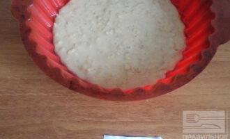 Шаг 6: Перелейте тесто в смазанную растительным маслом форму. Выпекайте в духовке при 180 градусах 10 минут.