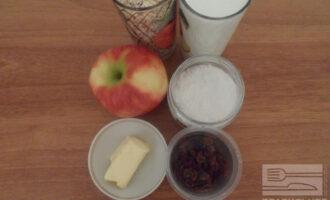 Шаг 1: Подготовьте ингредиенты. Изюм замочите в горячей воде на 10 минут.