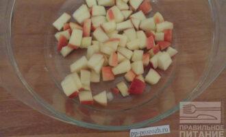 Шаг 2: Яблоко очистите от сердцевины и нарежьте кусочками 0,5 см.