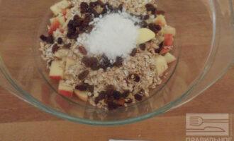 Шаг 4: Добавьте к смеси фруктозу, соль и хорошо перемешайте.
