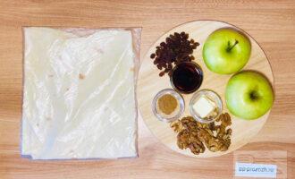 Шаг 1: Подготовьте следующие ингредиенты: тонкий армянский лаваш, два крупных сладких яблока, изюм, грецкие орехи, сливочное масло, кленовый сироп и корицу.