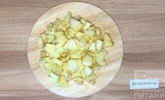 Шаг 2: Очистите яблоки от кожуры и нарежьте кубиками.