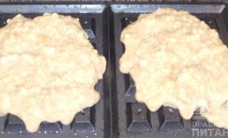 Шаг 4: Раскаленный мультипекарь смажьте растительным маслом, выложите тесто. Выпекайте до золотистой корочки.