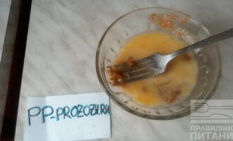 Шаг 5: Смешайте в отдельной емкости 2 желтка, горчицу и лимонный сок. Как следует взбейте до однородной массы. Соус для салата готов.