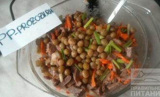 Шаг 6: Заправьте салат соусом и украсьте зеленью и зеленым горошком по желанию.