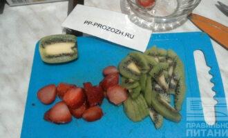 Шаг 2: Киви и клубнику нарежьте на большие кусочки, но оставьте одну ягодку и половинку киви для украшения.