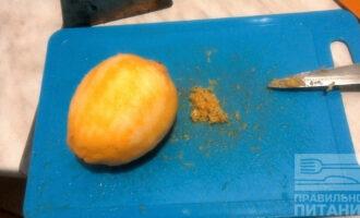 Шаг 4: Натрите лимон на мелкой терке, но только до белой части не доходите, она горчит.