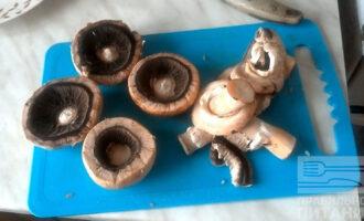 Шаг 4: Грибы очистите, удалите ножку и нарежьте ее мелким кубиком. Слегка срежьте края грибов (со шляпки) и тоже мелко нарежьте.