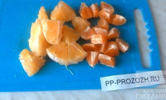 Шаг 2: Апельсины и мандарины очистите от кожуры и семечек. Нарежьте небольшими кусочками.