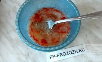 Шаг 7: Взбейте яйцо с мелко нарезанным перцем чили и йогуртом.
